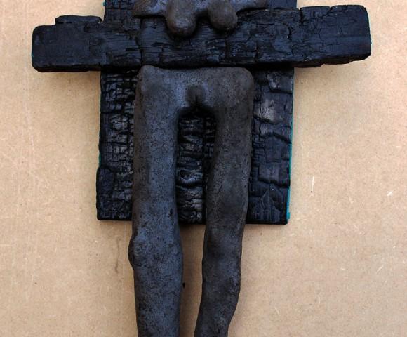 Gekruisigde Vrouw^ zwartbakkende klei/hout - 30x20cm
